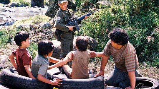เด็ก ๆ เล่นสงครามด้วยปืนจริง